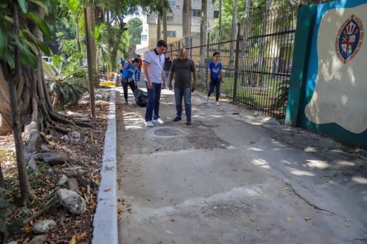 Cabildo realiza trabajos de drenaje pluvial y reparación de aceras en el sector Gascue