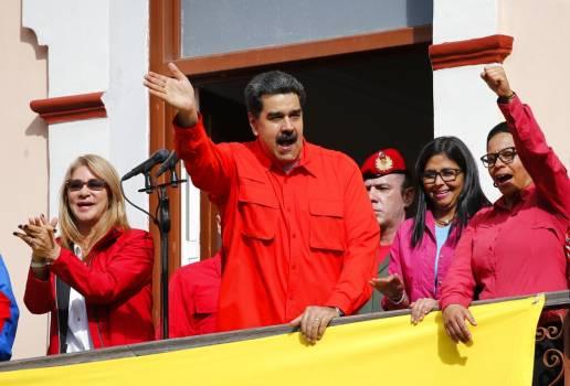 Maduro se apoya en los militares ante respaldo internacional a opositor Guaidó