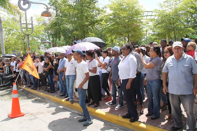 A ritmo de sus canciones miles de personas dan último adiós a Anthony Ríos en Hato Mayor