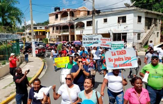 Grupos estudiantiles y populares marchan en Samaná contra cierre de la UASD