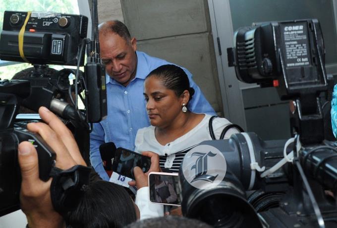 Abogado de exfiscal Carmen Lisset Núñez niega que intentara salir del país y asegura solo fue a acompañar a su esposo