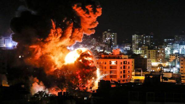 Hamas lanza decenas de cohetes contra Tel Aviv, tras bombardeo israelí a un edificio en Gaza