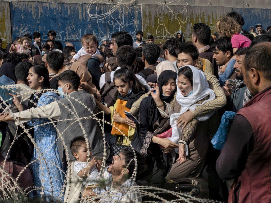 """Caos, golpes y desesperación en torno al aeropuerto de Kabul: """"Hay que llegar como sea"""""""
